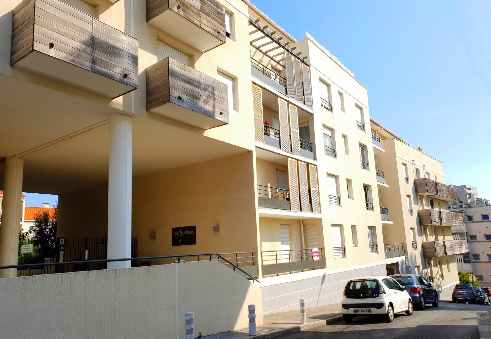 a vendre a la seyne sur mer 83500 un appartement t2 en location avec place de parking agences. Black Bedroom Furniture Sets. Home Design Ideas