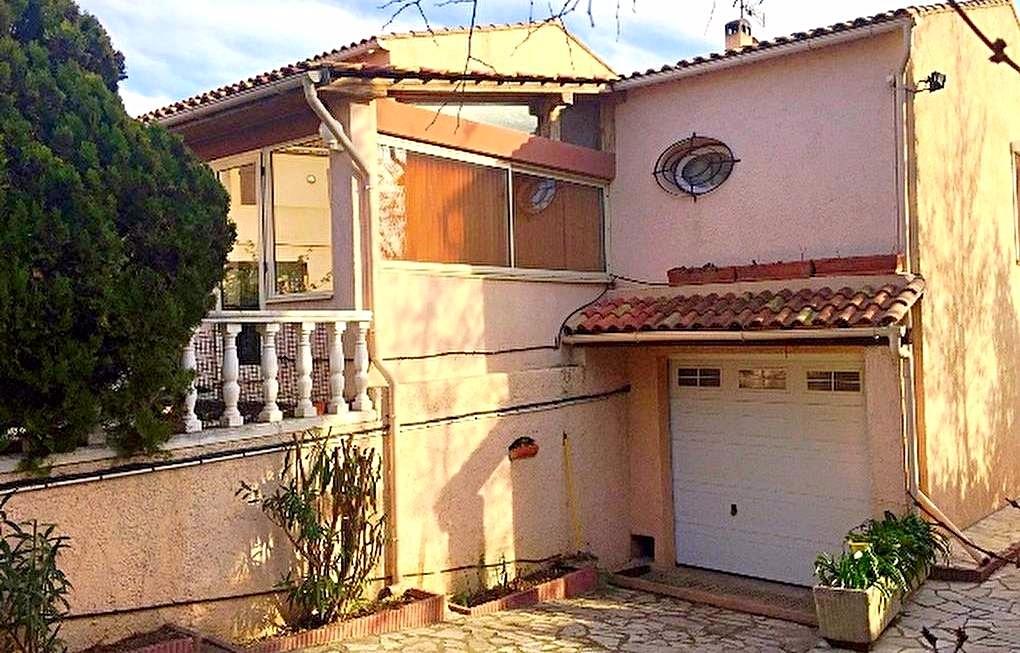 A vendre une villa t7 traditionnelle avec jardin privatif for Villa traditionnelle