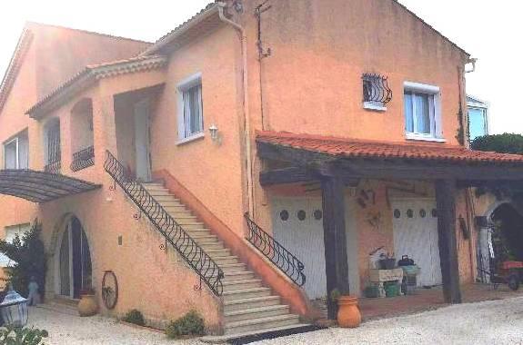 La villa et ses 2 garages
