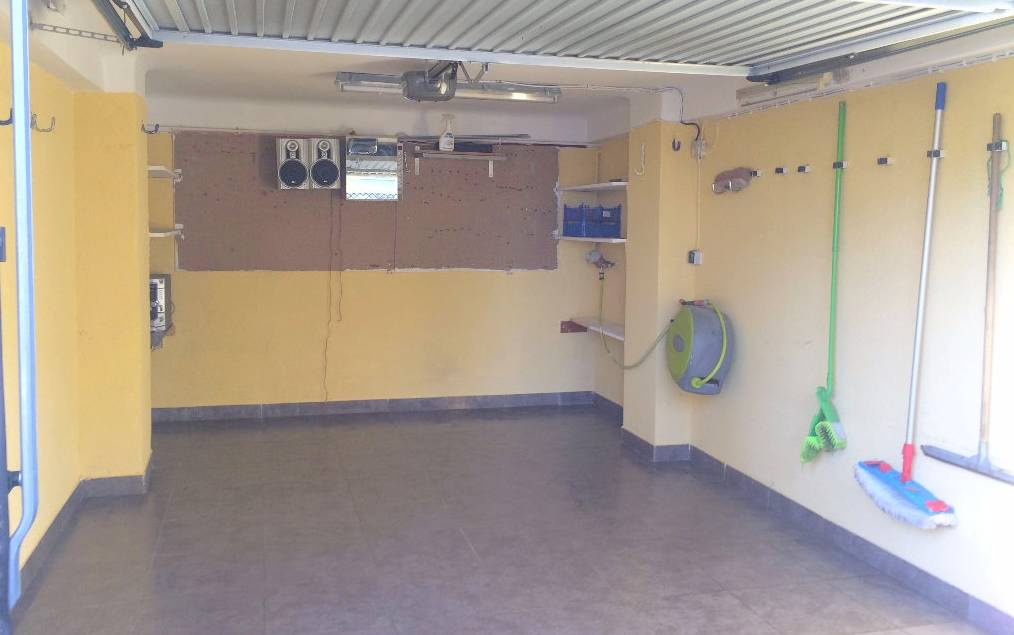 Garage carrel avec porte lectrique eau et lectricit a for Garage a vendre toulon mourillon