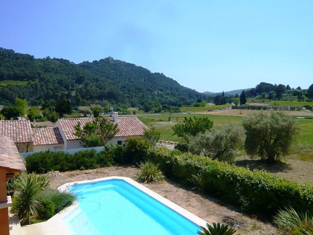 Maison t7 le castellet 83330 construction r cente for Construction piscine terrain agricole