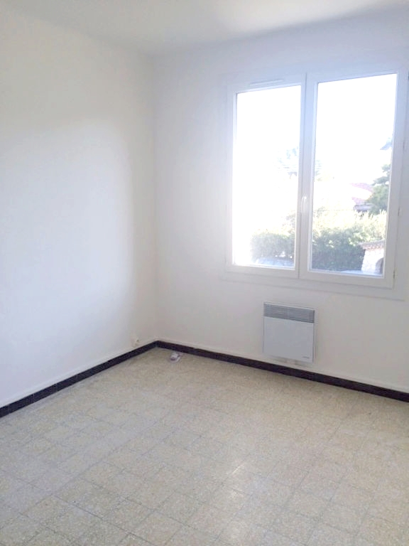 a louer a la seyne sur mer 83500 un appartement t3 r nov avec balcon cave et garage immobilier. Black Bedroom Furniture Sets. Home Design Ideas