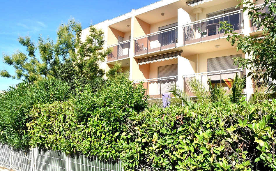 a vendre a six fours les plages 83140 un appartement t4 avec cave terrasse et parking privatif. Black Bedroom Furniture Sets. Home Design Ideas