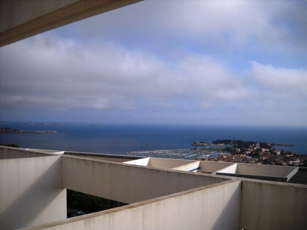 Appartement f2 bandol 83150 avec terrasse vue mer for Appartement f2