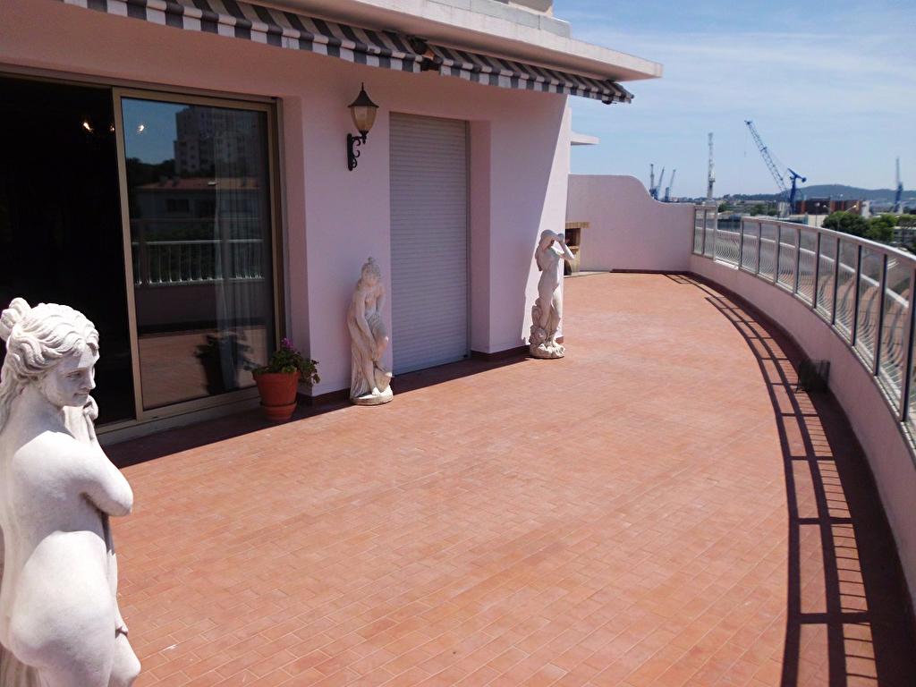 Appartement f5 en toit terrasse avec cave rare la vente for Vente appartement toit terrasse marseille
